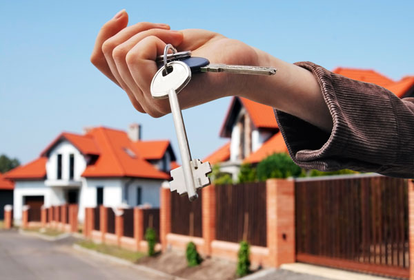 hand holding keys to the house